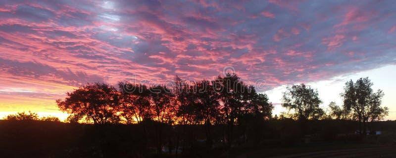 Oszałamiająco menchii i purpur wschód słońca fotografia stock