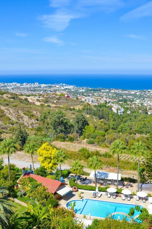 Osza?amiaj?co nabrze?ny krajobraz w cypryjczyka Kyrenia region nabieraj?cym p??nym lecie Wiejscy domy i hotelowi kompleksy zdjęcia stock