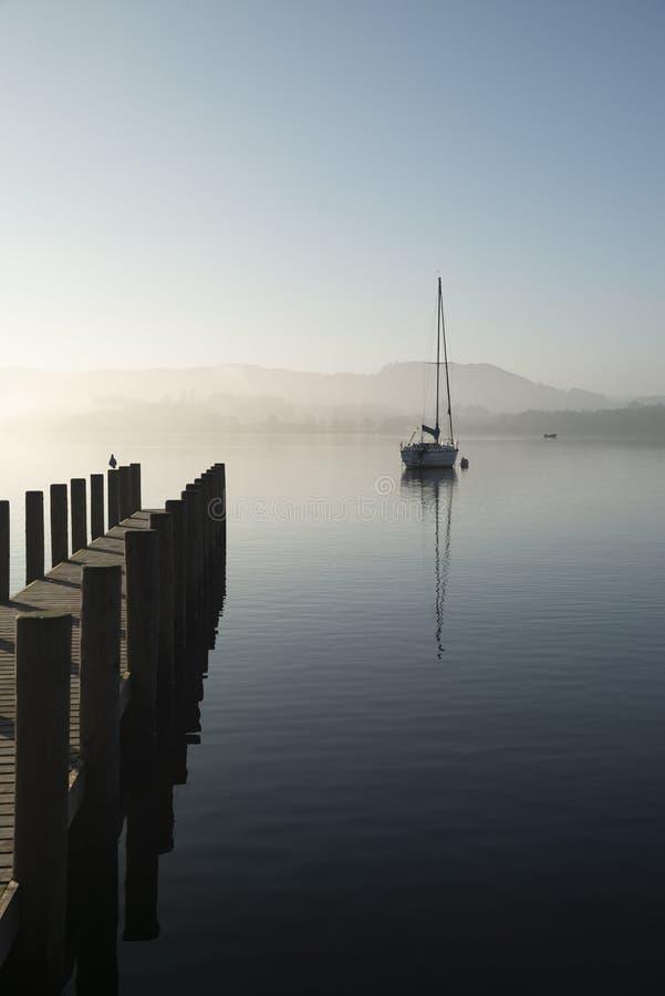 Oszałamiająco niezatamowany sztuka piękna krajobrazu wizerunek siedzi wciąż w spokojnej jezioro wodzie w Jeziornym okręgu podczas obrazy stock