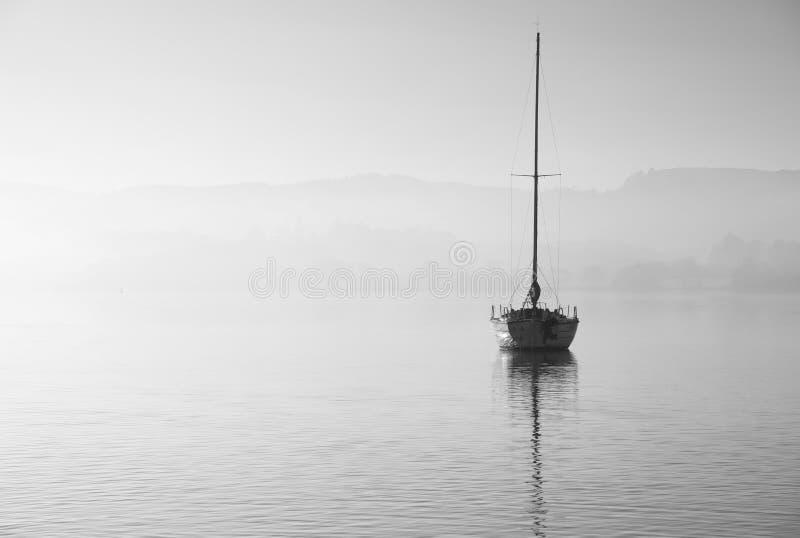 Oszałamiająco niezatamowany sztuka piękna krajobrazu wizerunek siedzi wciąż w spokojnej jezioro wodzie w Jeziornym okręgu podczas obrazy royalty free