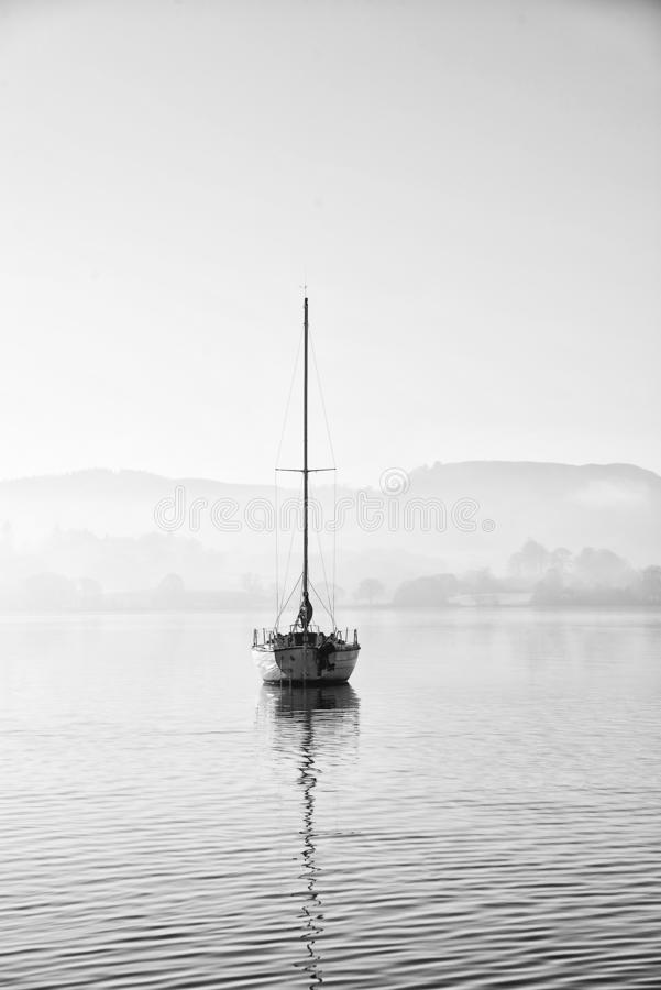 Oszałamiająco niezatamowany sztuka piękna krajobrazu wizerunek siedzi wciąż w spokojnej jezioro wodzie w Jeziornym okręgu podczas zdjęcie royalty free
