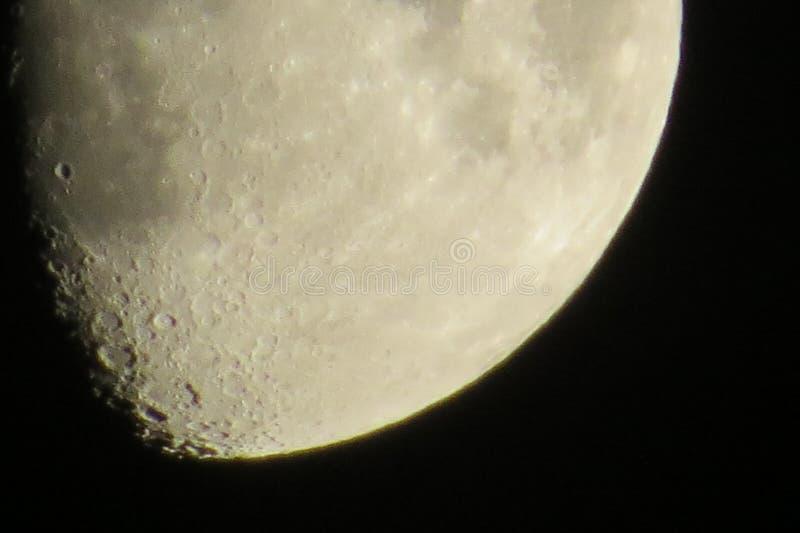 Oszałamiająco niska część Gibbous księżyc w ciemnym niebie obraz stock