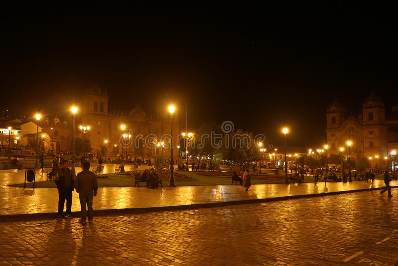 Oszałamiająco noc Strzelał Plac De Armas Obciosujący z Dwa Znacząco kościół, Historyczny centrum Cusco, Peru zdjęcia royalty free