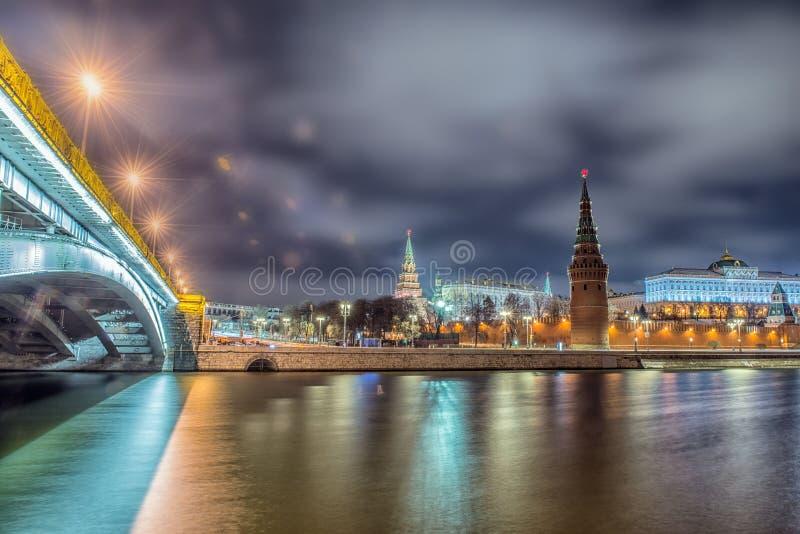 Oszałamiająco noc widok Kremlin w zimie, Moskwa, Rosja obrazy stock