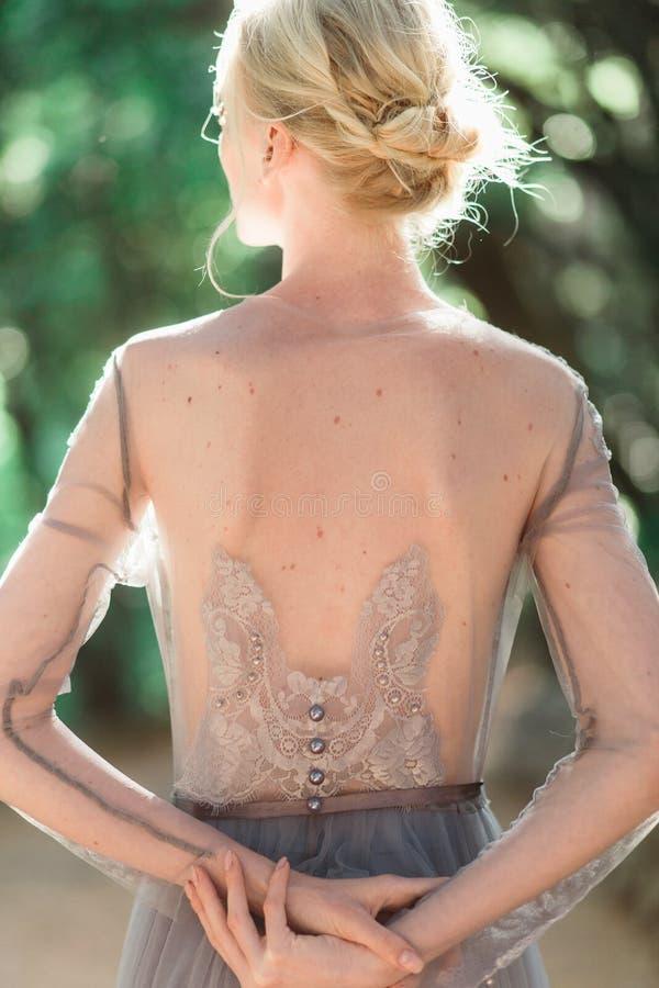 Oszałamiająco panna młoda plecy portret w pięknej ślubnej sukni na naturalnym tle zdjęcia royalty free