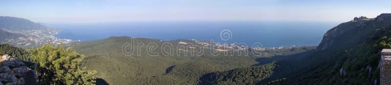 Oszałamiająco panoramiczny widok otwiera góry i morze Krymski półwysep lato bezchmurnym dniem obraz stock