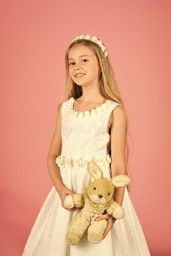 Oszałamiająco piękno młodej dziewczyny model w białych communion sukni stojakach w studiu z królik zabawką zdjęcie royalty free