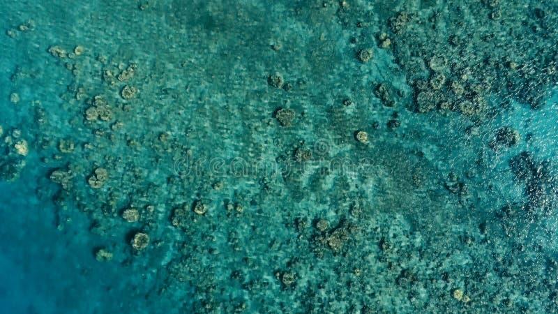 Oszałamiająco powietrzny trutnia wizerunek mały łodzi rybackiej wchodzić do obok rafy koralowej w kanale denny oceanu zakotwienie zdjęcie royalty free