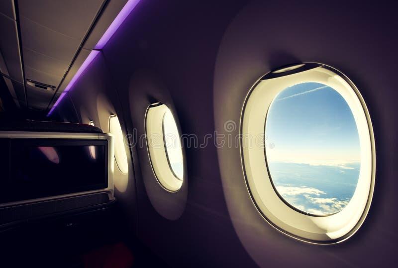 Oszałamiająco szeroki kąta widok trzy samolotowego okno widzieć od klasy business siedzenia na dalekiego zasięgu widebody samoloc obrazy stock
