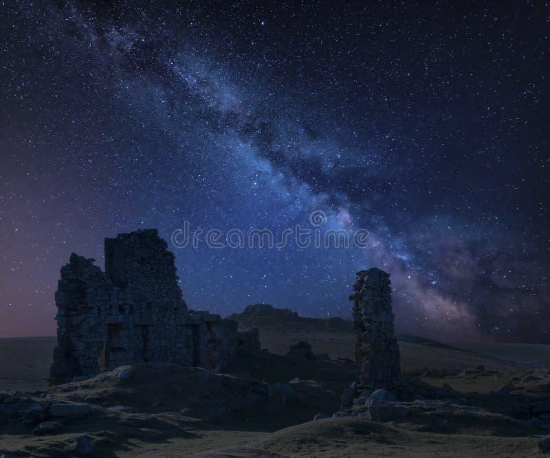 Oszałamiająco wibrującej drogi mlecznej złożony wizerunek nad zaniechanym Foggintor łupem w Dartmoor z grabienia miękkim światłem fotografia stock