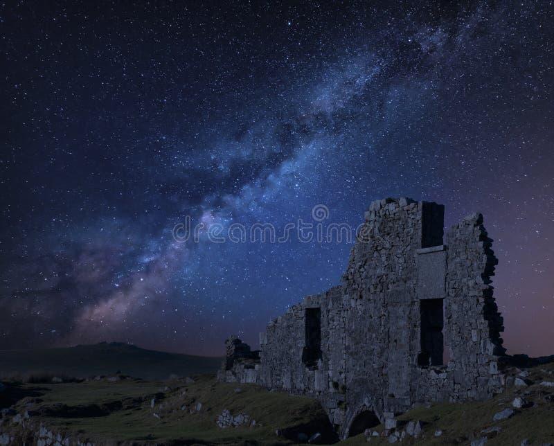 Oszałamiająco wibrującej drogi mlecznej złożony wizerunek nad zaniechanym Foggintor łupem w Dartmoor z grabienia miękkim światłem zdjęcia royalty free