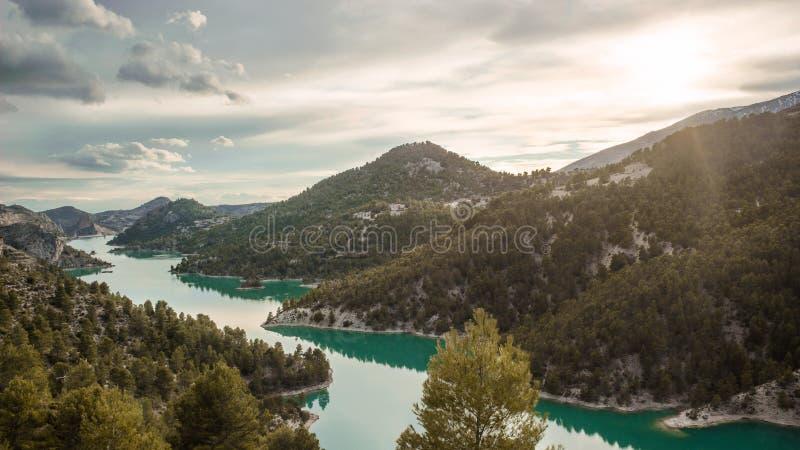 Oszałamiająco widok jezioro El Portillo z słońcem shinning nad góry Fantazi ziemia obrazy stock