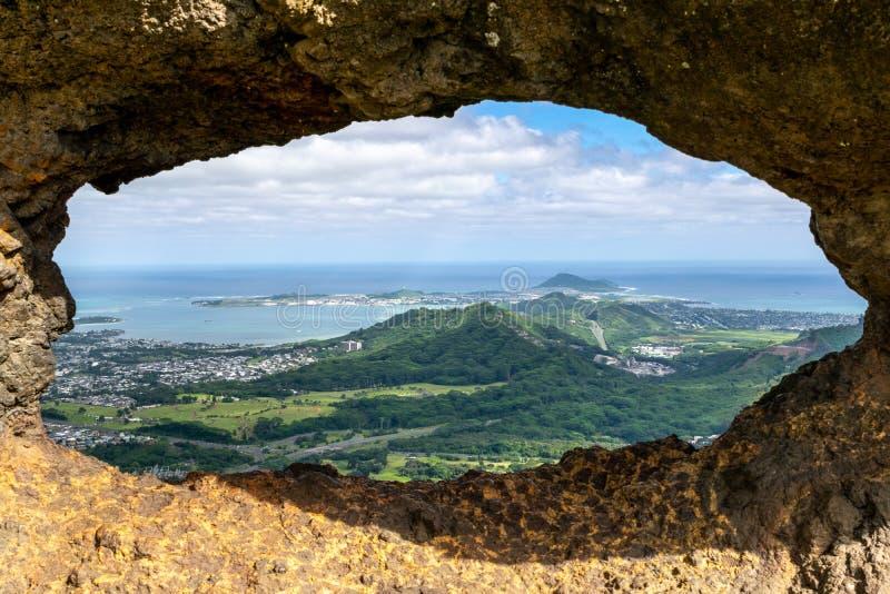 Oszałamiająco widok przez rockowego okno przy szczytem sławny Pali Puka wycieczkuje ślad na wyspie Oahu, Hawaje, usa Dangero obraz royalty free