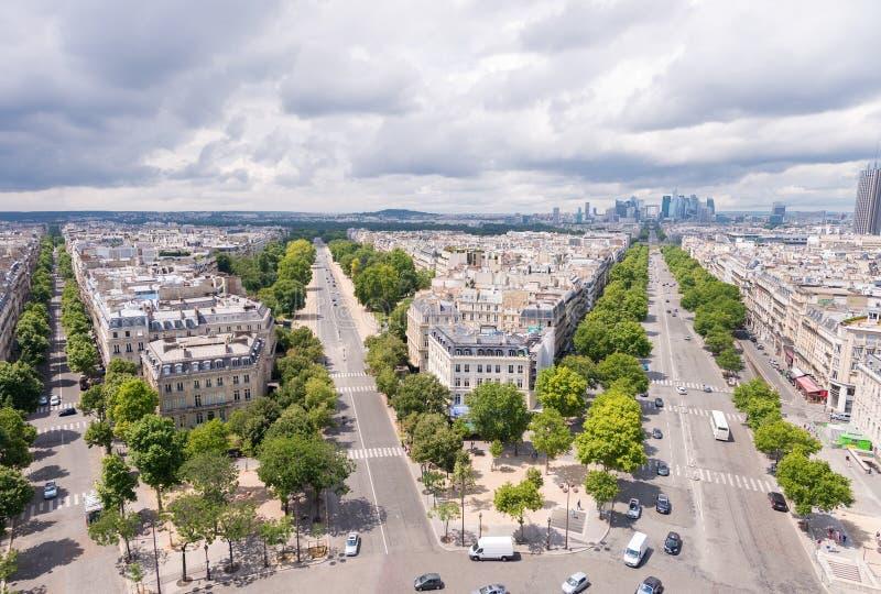 Oszałamiająco widok z lotu ptaka Paryskie ulicy od Triumph łuku obraz stock