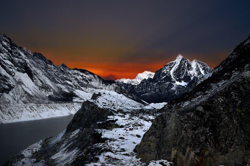 Oszałamiająco widok zimy góry Himalajski krajobraz przy nocą przy dużą wysokością obrazy royalty free