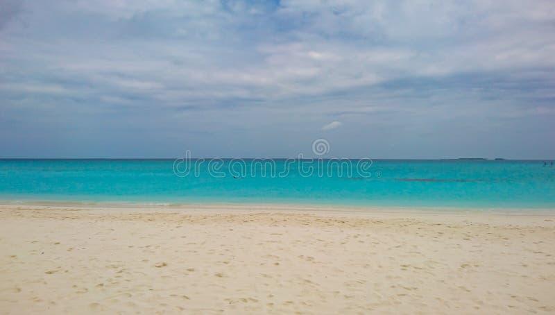 Oszałamiająco wizerunek Kuramathi, Maldives turkusu plaża zdjęcie stock