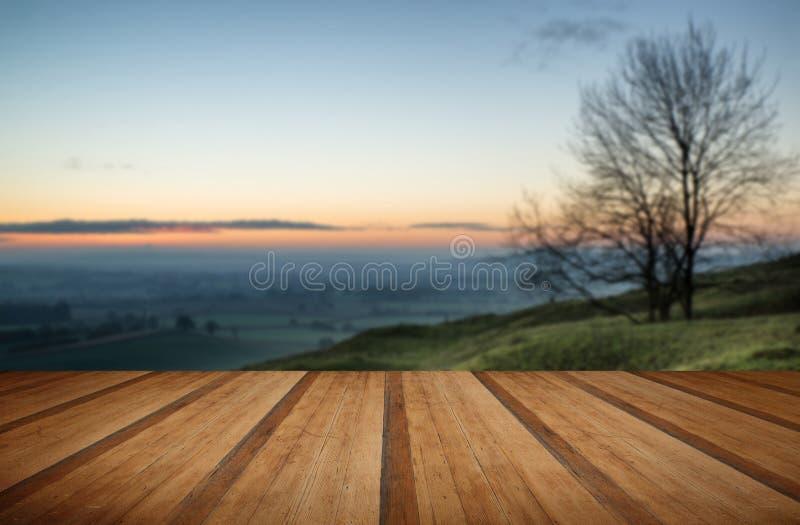 Oszałamiająco wschód słońca nad mgieł warstwami w wieś krajobrazie z w zdjęcie stock