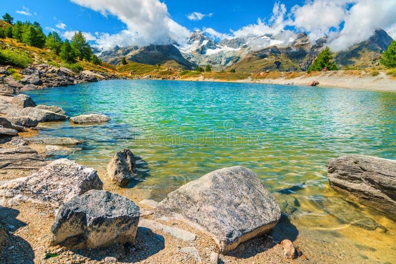 Oszałamiająco wysokogórski jezioro i śnieżne góry z lodowami, Zermatt, Szwajcaria zdjęcia royalty free
