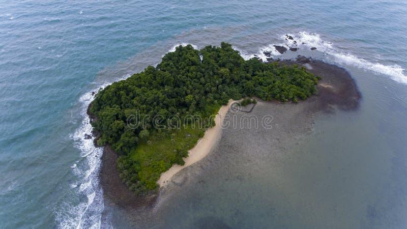 Oszałamiająco wyspa z wybrzeża Koh Chang, Tajlandia obrazy stock