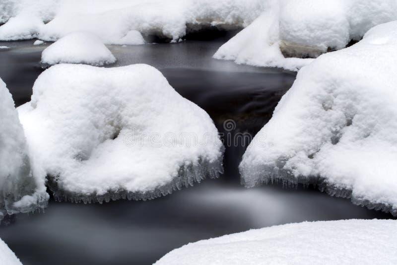 Oszałamiająco zima krajobraz, kamienie na mroźnej rzece zakrywał śnieg fotografia stock