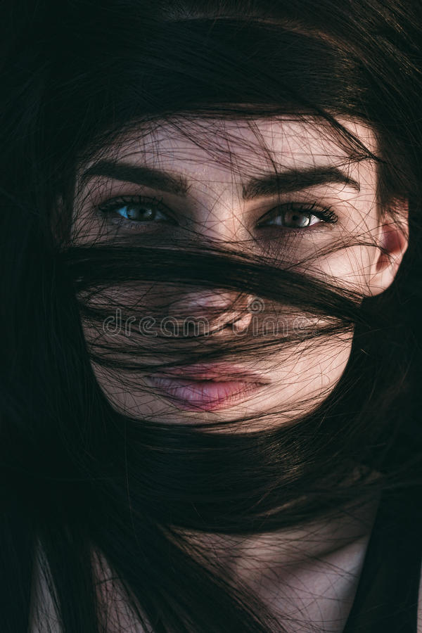 Oszałamiająco zmysłowa kobieta z połyskującymi oczami zdjęcie royalty free