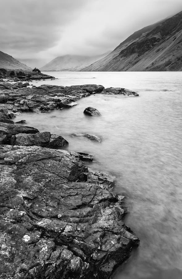 Osza?amiaj?co d?ugi ujawnienie krajobrazu wizerunek Wast woda w UK Jeziornym okr?gu podczas markotnego wiosna wiecz zdjęcie royalty free