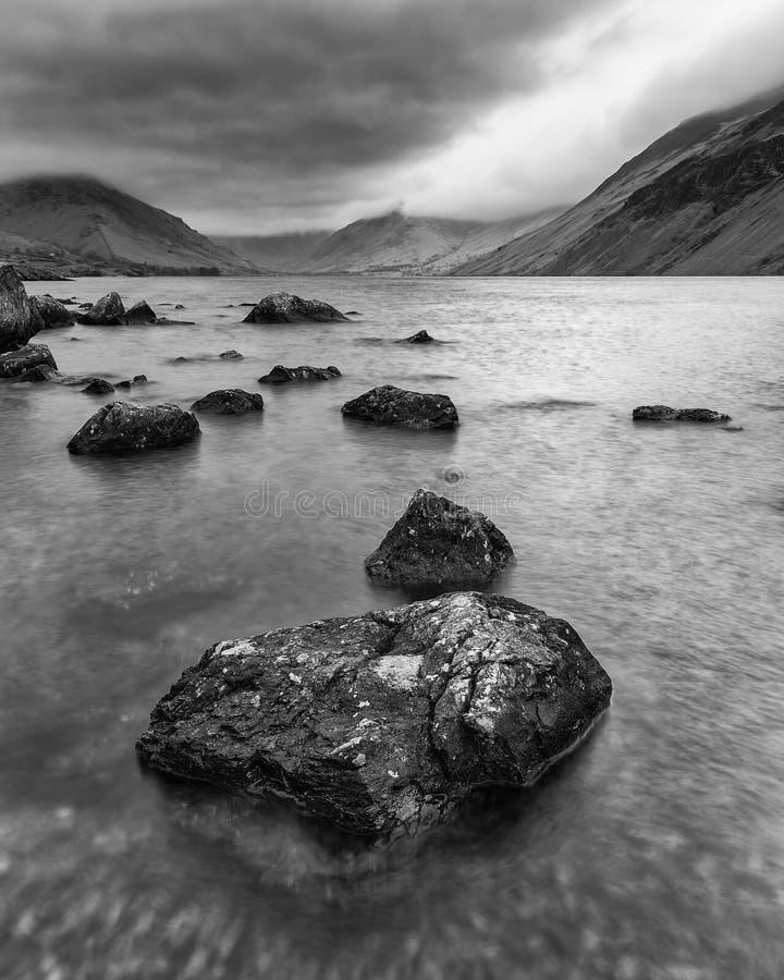 Osza?amiaj?co d?ugi ujawnienie krajobrazu wizerunek Wast woda w UK Jeziornym okr?gu podczas markotnego wiosna wiecz?r w czarny i  zdjęcia stock
