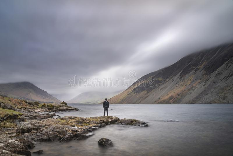 Osza?amiaj?co d?ugi ujawnienie krajobrazu wizerunek Wast woda w UK Jeziornym okr?gu podczas markotnego wiosna wiecz?r fotografia stock