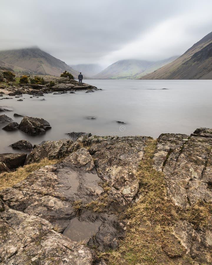 Osza?amiaj?co d?ugi ujawnienie krajobrazu wizerunek Wast woda w UK Jeziornym okr?gu podczas markotnego wiosna wiecz?r obrazy royalty free