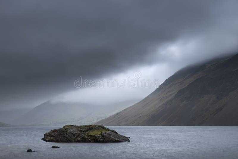 Osza?amiaj?co d?ugi ujawnienie krajobrazu wizerunek Wast woda w UK Jeziornym okr?gu podczas markotnego wiosna wiecz?r zdjęcia royalty free