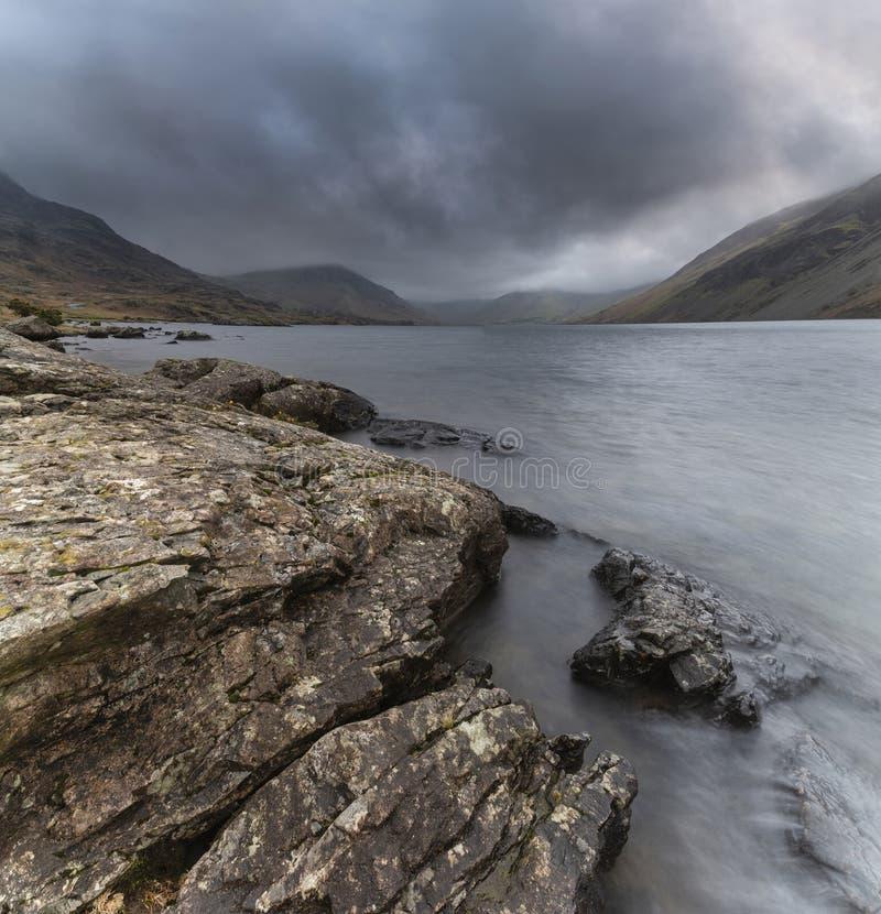 Osza?amiaj?co d?ugi ujawnienie krajobrazu wizerunek Wast woda w UK Jeziornym okr?gu podczas markotnego wiosna wiecz obrazy royalty free