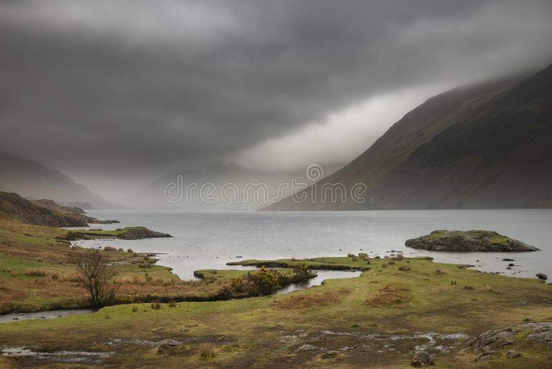 Osza?amiaj?co d?ugi ujawnienie krajobrazu wizerunek Wast woda w UK Jeziornym okr?gu podczas markotnego wiosna wiecz?r obraz stock