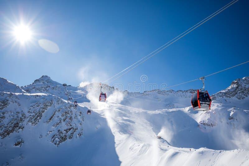 Osza?amiaj?co zimy panorama w Tonale o?rodku narciarskim Widok W?oscy Alps od Adamelo lodowa, Italia, Europa zdjęcia royalty free