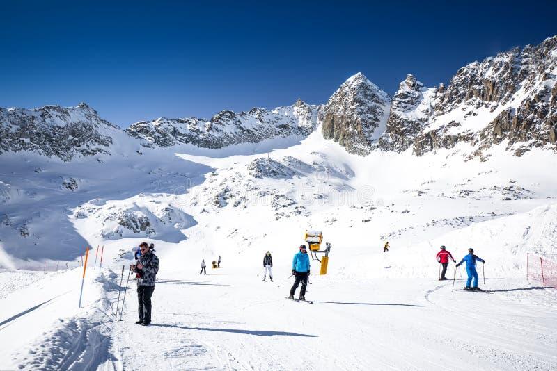Osza?amiaj?co zimy panorama w Tonale o?rodku narciarskim Widok W?oscy Alps od Adamelo lodowa, Italia, Europa obrazy stock