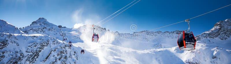 Osza?amiaj?co zimy panorama w Tonale o?rodku narciarskim Widok W?oscy Alps od Adamelo lodowa, Italia, Europa osza?amiaj?co panora zdjęcie stock