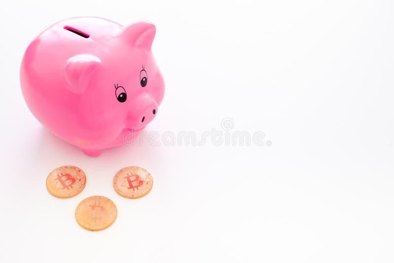 oszczędzania Moneybox w kształcie świniowate pobliskie monety na białej tło kopii przestrzeni zdjęcie royalty free