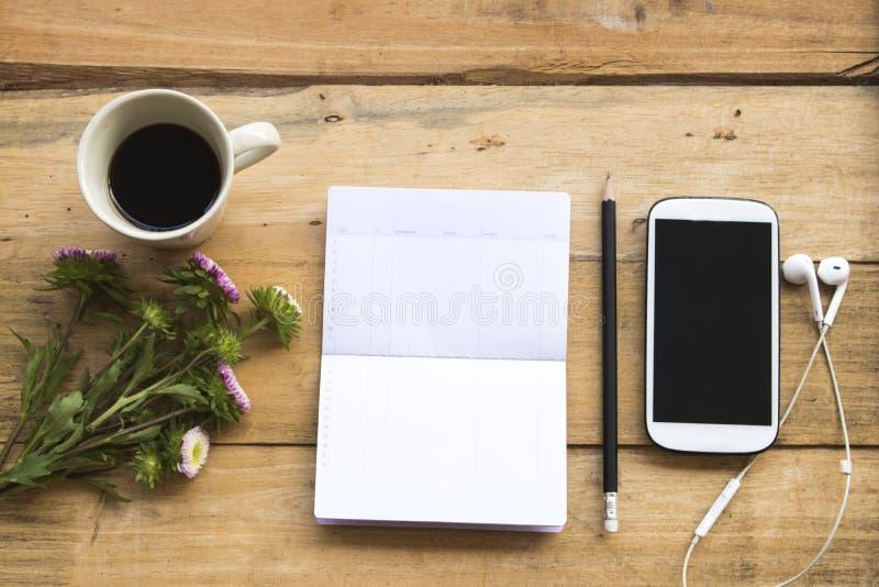 Oszczędzania obrachunkowy passbook z telefonem komórkowym dla biznesowej pracy zdjęcia royalty free