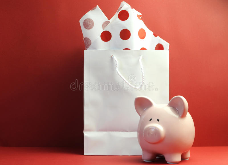 Oszczędzania pojęcie z białym torba na zakupy, czerwony polki kropki tkankowy papier obraz stock