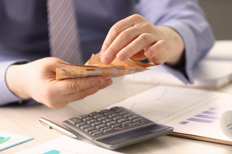Oszczędzanie finansów pojęcia mężczyzny liczenia gotówki pieniądze zdjęcie stock