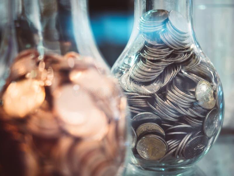 Oszczędzanie pieniądze finanse pojęcia moneta zbiera Coinbank zdjęcia stock