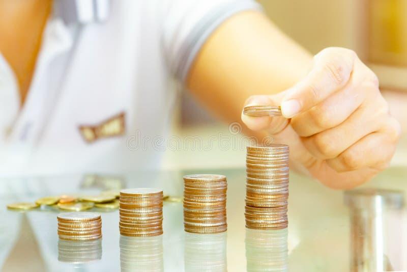 Oszczędzanie pieniądze pojęcia preset Męskim ręki kładzenia pieniądze monety stac fotografia stock