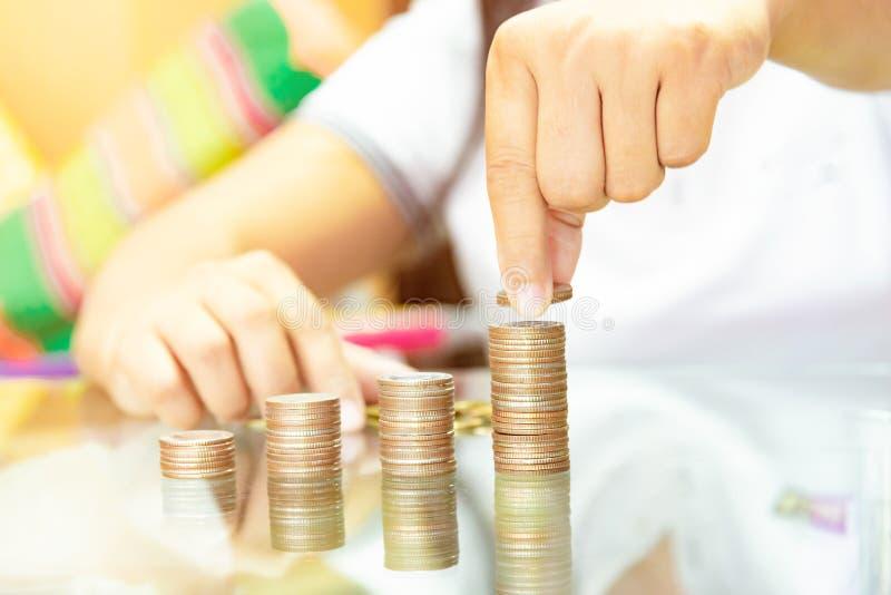 Oszczędzanie pieniądze pojęcia preset na stołowym szkle odbija podczas chwyta fotografia royalty free
