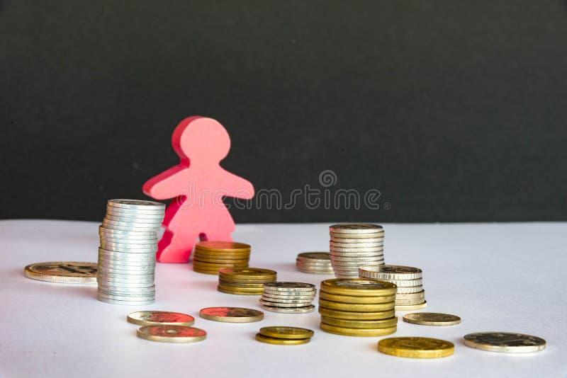 Oszczędzanie pieniądze pojęcie, inwestycja, mężczyzna z pieniądze monety sterty growin zdjęcie stock