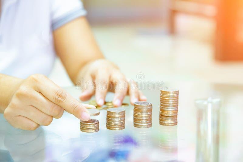 Oszczędzanie pieniądze pojęcie, preset Męskim ręki kładzenia pieniądze monety sta obraz royalty free