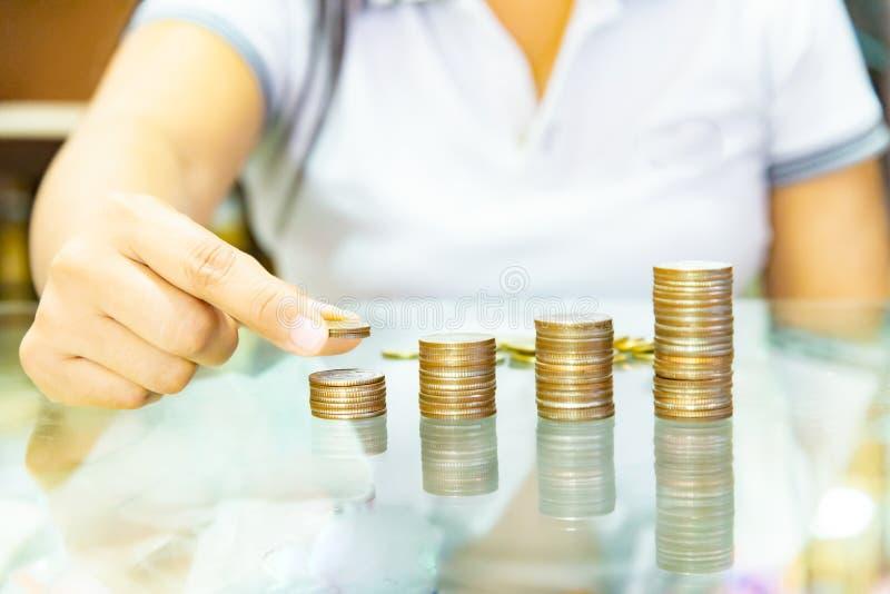 Oszczędzanie pieniądze pojęcie, preset Męskim ręki kładzenia pieniądze monety sta obrazy stock
