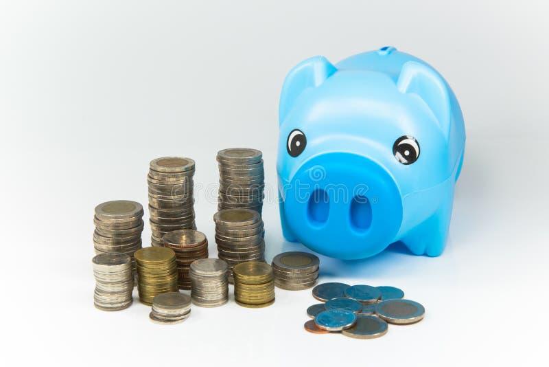 Oszczędzanie pieniądze w prosiątko banku dla przyszłości zdjęcia stock