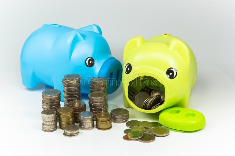 Oszczędzanie pieniądze w prosiątko banku dla przyszłości zdjęcia royalty free