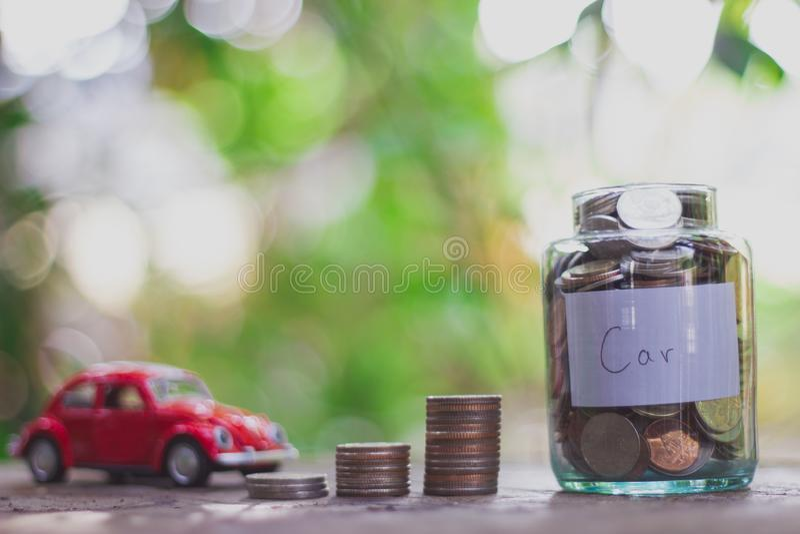 Oszczędzanie pieniądze w szklanej butelki roczniku monet poj?cia r?k pieni?dze stosu chronienia oszcz?dzanie fotografia stock