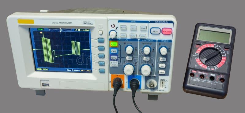 Oszilloskop und Vielfachmessgerät Maß der Datenleitung Signale lizenzfreies stockfoto