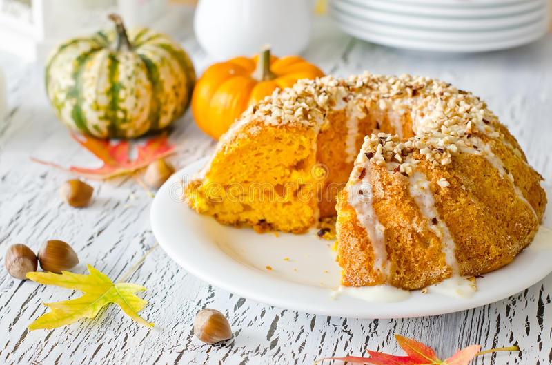 Download Oszklony Bania Tort Z Hazelnuts Na Bielu Talerzu Obraz Stock - Obraz złożonej z piec, jedzenie: 57661217